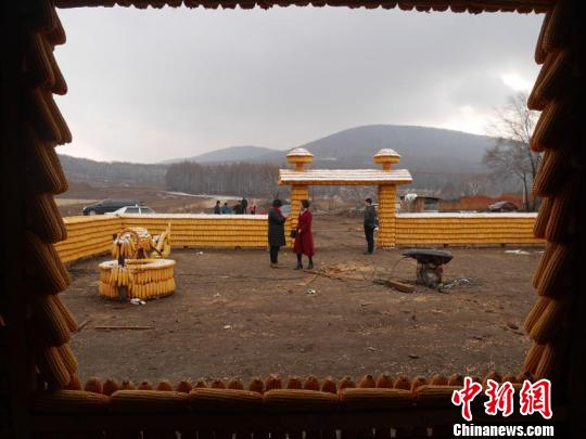 """不时有人前来参观,刘洪财希望这个玉米""""黄金屋院""""能吸引游客。 苍雁 摄"""