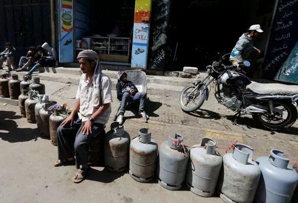 ▲由于沙特的封锁使联合国救援物资无法运送,也门陷入严重的物资短缺危机。图为一名萨那市民7日在油气站外排队等待。(路透社)