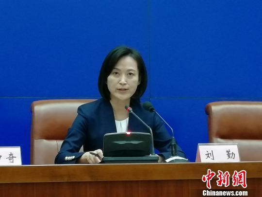 在当天的新闻发布会上,济南市政府新闻发言人刘勤,介绍了在治堵治霾方面科技成果转化带来的成效。 孙婷婷 摄