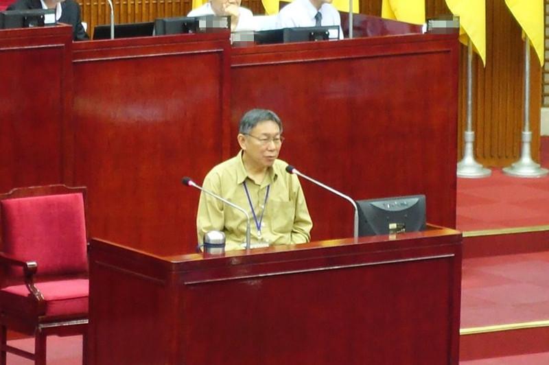 """台北市议员戴锡钦质询柯文哲时,表示""""你越来越像政客了"""",对此,柯文哲回答""""对,越来越像了""""。(图片来源:台湾《联合报》)"""