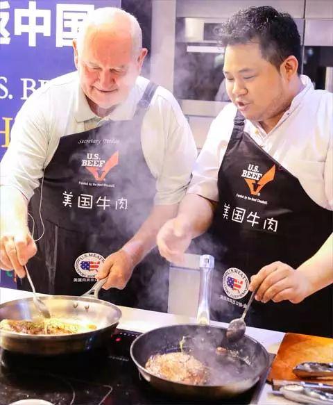 ▲美国农业部长珀杜(左)为上海消费者烹饪牛肉。