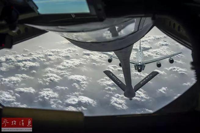 """▲资料图片:2017年1月3日,美国空军的KC-135空中加油机正给在阿富汗参加""""自由哨兵任务""""行动的己方RC-135联合监视侦察机空中加油。"""