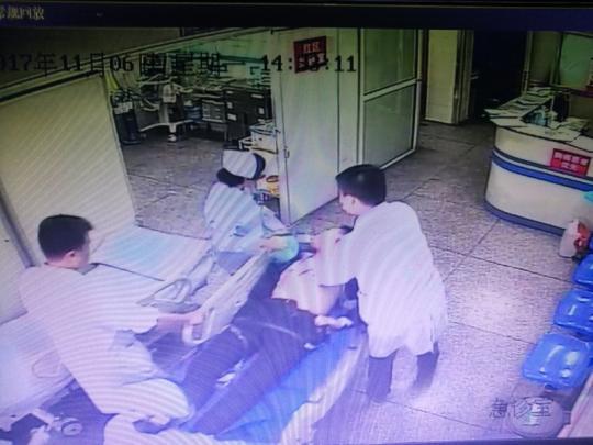 图为患者被往柳州市中医院急诊科抢救。监控视频截图