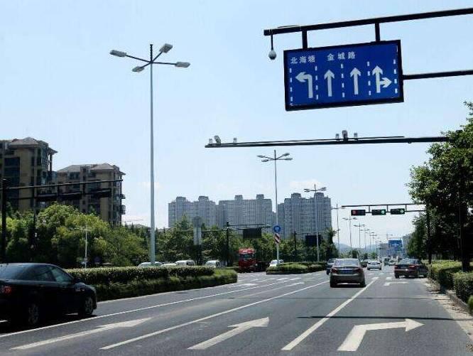 当指示标牌和地面标线不一致时?应该看哪个?