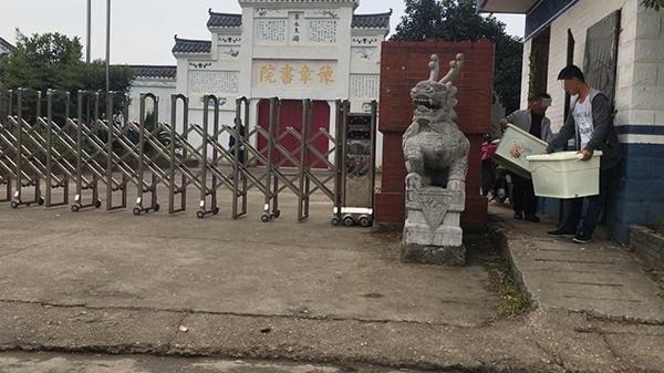 11月7日下午,豫章书院大门处,陆续有学生被家长接走。  澎湃新闻记者 胡芮默 图