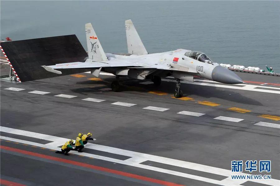 ▲歼-15舰载机从辽宁舰上滑跃起飞。
