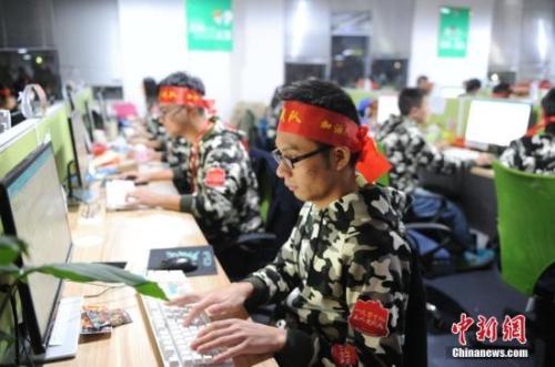 资料图:安徽芜湖某电商迎战双十一。中新社记者 张娅子 摄