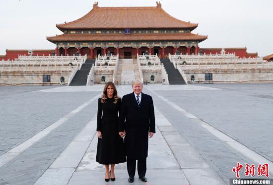 11月8日,中国国家主席习近平和夫人彭丽媛陪同来华进行国事访问的美国总统特朗普和夫人梅拉尼娅参观故宫博物院。图为美国总统特朗普和夫人梅拉尼娅在太和殿广场合影。中新社记者 杜洋 摄