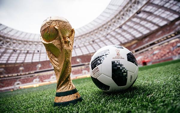 """2018年世界杯比赛用球""""电视之星(Telstar) 18""""。东方IC 图"""