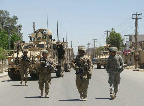 资料图片:2012年4月28日,美军士兵在阿富汗南部坎大哈省省长办公区警戒。新华社发