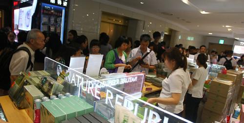 资料图片:中国游客在韩国首尔一免税店内购物(2014年6月26日摄)。新华社记者 姚琪琳 摄