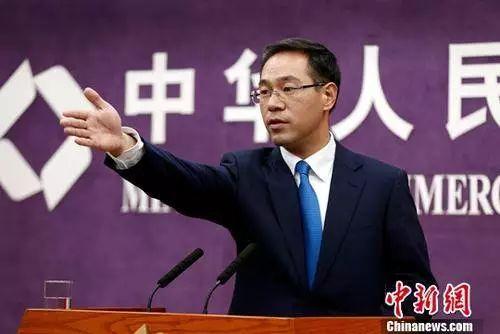 """▲11月9日,商务部新闻发言人高峰在例行新闻发布会表示,中美经贸关系是中美双边关系的""""压舱石""""和""""推进器""""。"""