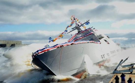 """资料图:美军LCS-7""""底特律""""号濒海战斗舰侧身入水瞬间。"""