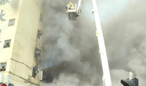 视频截图:香港新蒲岗景福街启德工厂大厦9日起火。图片来源:香港电台网站。