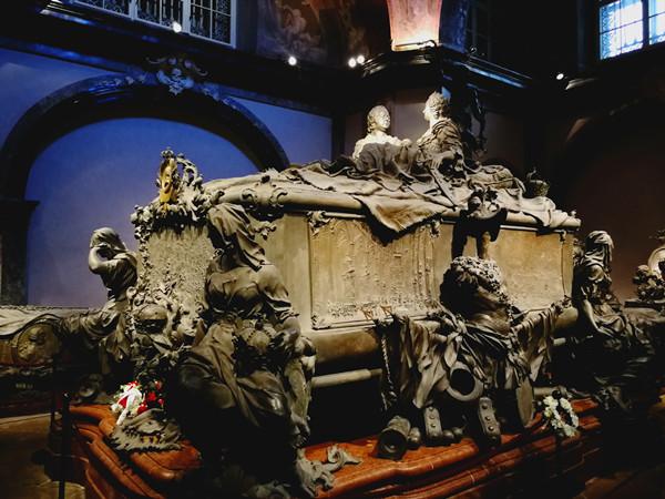 皇家墓穴里的弗朗茨皇帝和特蕾西亚皇后的合葬铜棺