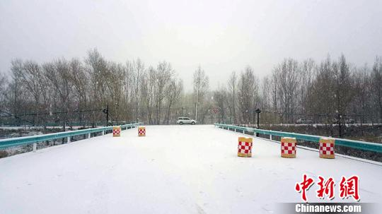 新疆阿勒泰迎降雪降温气象,影响途径出行。 周继成 摄