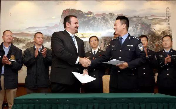 ▲2017年10月16日,公安部国际合作局代表(右)和美国司法部法警局代表签署一名美籍红通逃犯的移交备忘录。