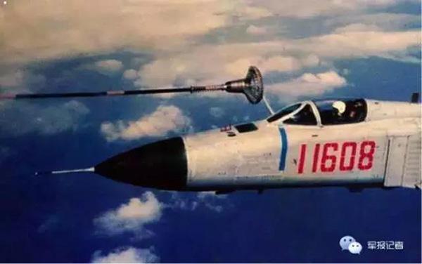 歼8-Ⅱ受油机与轰-6型加油机首次空中对接加油成功。