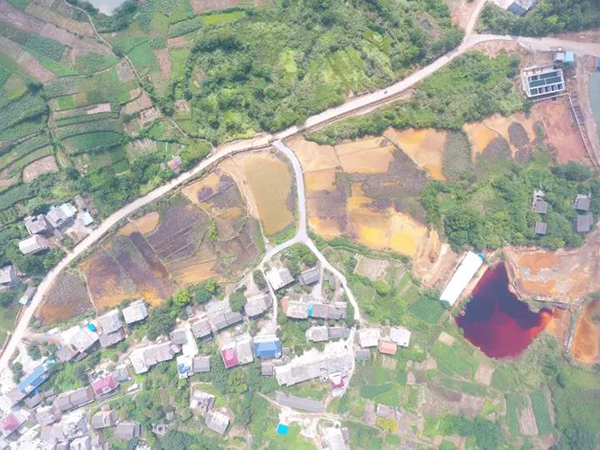 丁家山硫铜矿污染航拍图。 环保志愿者岳桦 图