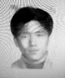 尹浩 黑龙江警方通缉的命案逃犯。尹浩是牡丹江的一名工地装卸工人,1997年,因女友移情别恋,他将情敌杀死,并用水泥封尸,事发后潜逃。本文图片 新文化报