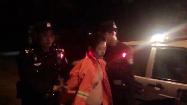 伪装成环卫工的陈某被民警抓获。合川警方 供图
