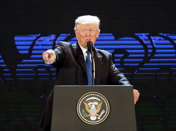 特朗普10日在APEC工商领导人峰会上发表演讲(法新社)