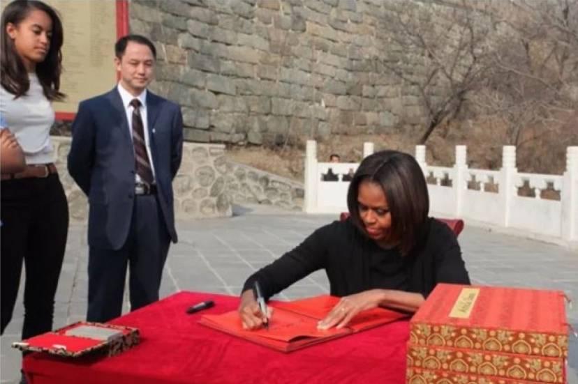 △2014年3月23日,美国前总统奥巴马夫人米歇尔登上慕田峪长城,获赠登城证书。