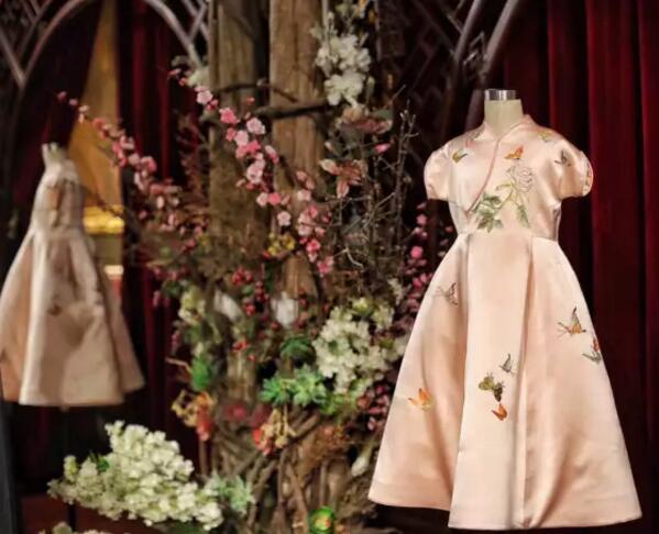 阿拉贝拉表演节目时穿的旗袍的同款礼服。新京报记者王飞摄