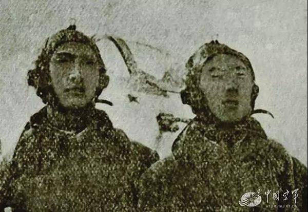 图为何中道(左)和李永年(右)合影。