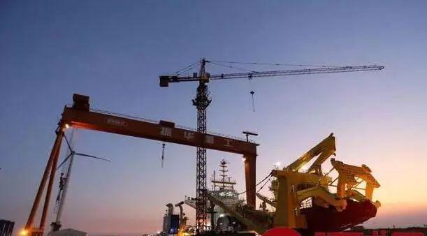 ▲夜幕降临,造船厂仍然灯火通明。