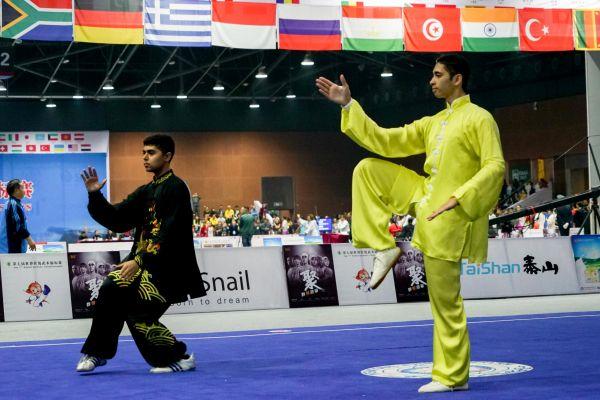 11月9日,四川峨眉山。两名外国武术选手正在参加八极拳项目的套路比赛。新华社记者 王迪摄