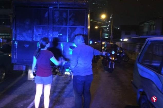 吉隆坡警方昨晚将68名中国工人押上警方卡车并带回警局。警方过后逮捕其中八人。(图片来源:星洲日报)