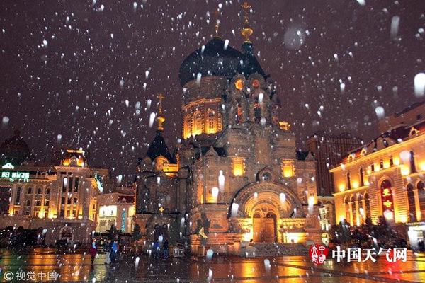 受冷空气影响,9日哈尔滨迎来初雪。(图片来源:视觉中国)