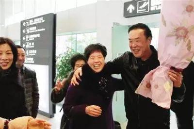 错案当事人金锦寿和家人团聚。图源:深一度公号。