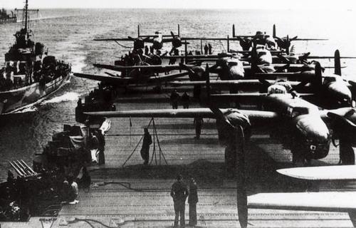 """图7:""""大黄蜂""""号航空母舰上的B-25B轰炸机在进行起飞前的检查维护"""