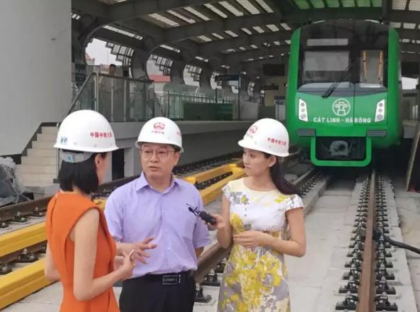 这是记者在河内轻轨建设工地采访。新华社记者 蒋国鹏 摄