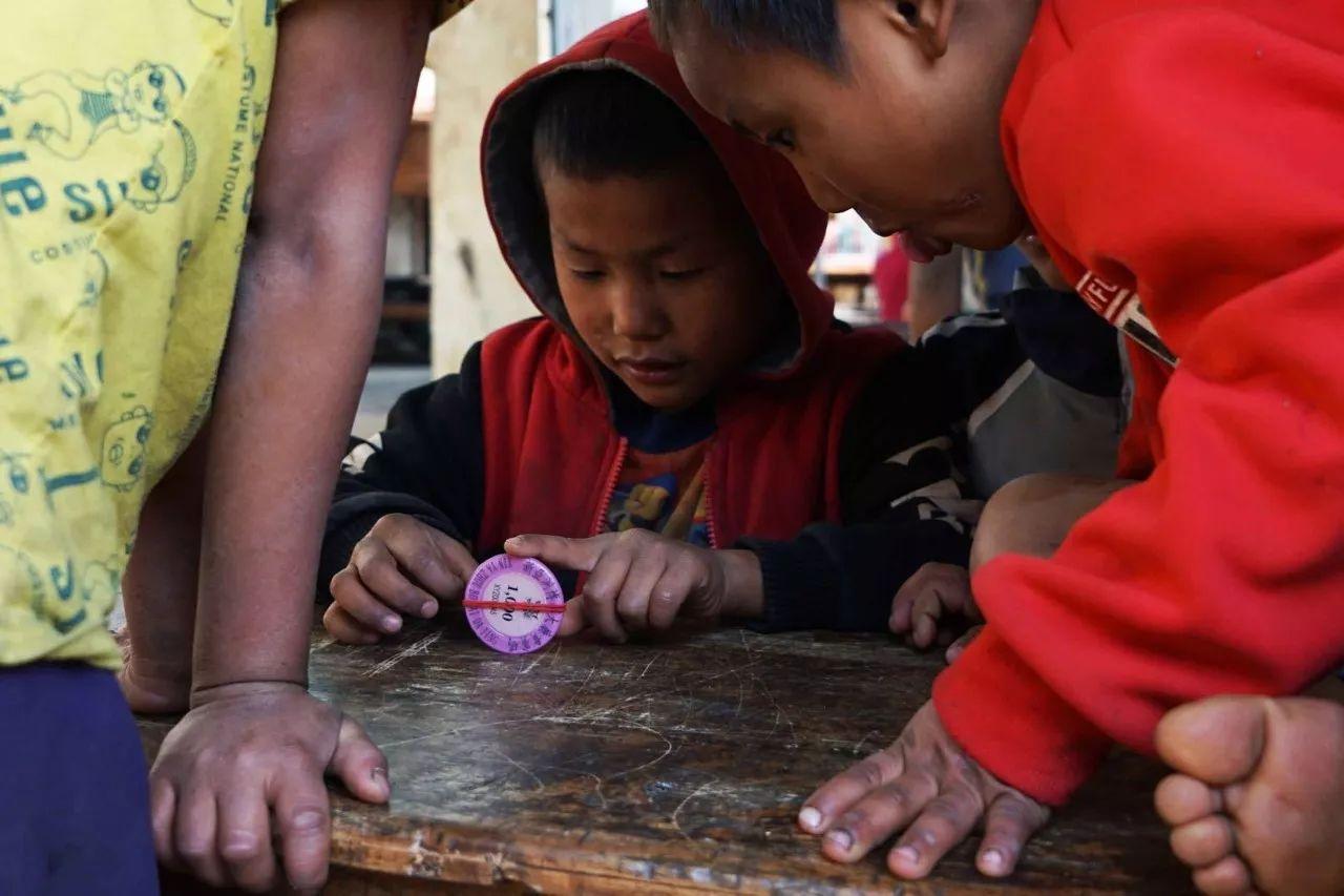难民小学里的儿童。