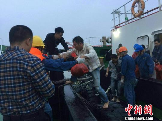 一货轮遇寒潮大风沉没 14名船员遇险获救。广东海事局供图
