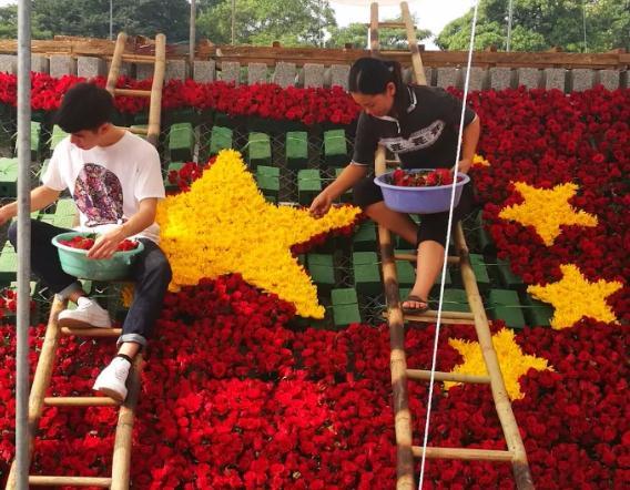 这是花匠们在为越中友谊宫落成移交仪式作准备。新华社记者 侯丽军 摄