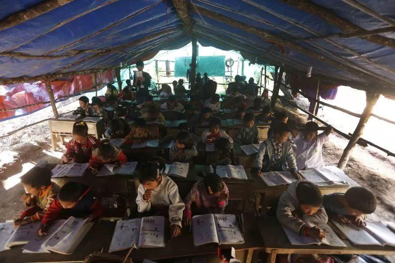 难民小学里的孩子正在学习。