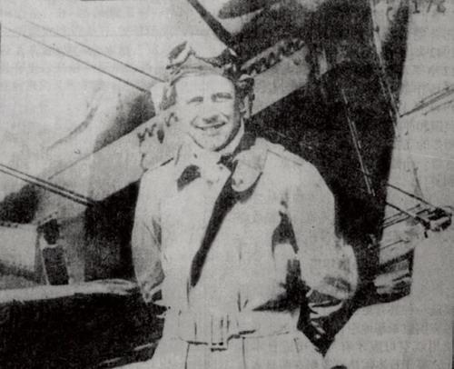 图3:杜立特学习飞行时飞机前留影