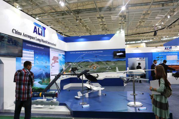 """这是5月20日在白俄罗斯首都明斯克拍摄的中国航天长征国际贸易有限公司展出的无人机模型。 第八届白俄罗斯""""米列克斯-2017""""国际武器装备和军事技术展20日在白俄罗新华社记者魏忠杰摄"""