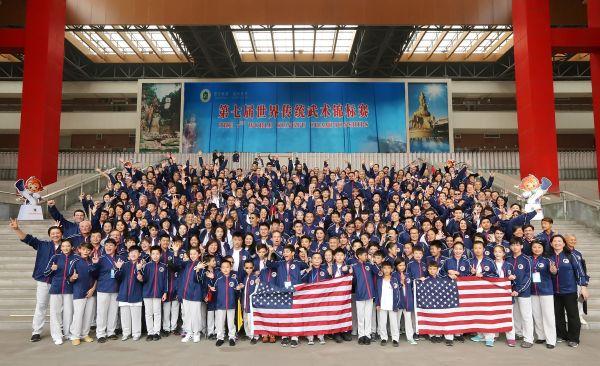 316名美国武术代表团成员在四川峨眉山第七届世界传统武术锦标赛举办地合影留念。