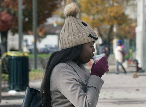 一股来自北极的寒流正席卷美国,从明尼苏达州北部至美国东北部大部分地区气温急降。图为民众喝热饮御寒。(图片来源:美联社)