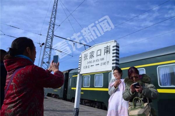 图为张家口南站的最后一天,旅客纷纷拍照留念。摄/法制晚报?看法新闻记者 林晖