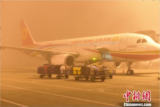 图为即将起飞的航班。 吕俊明 摄