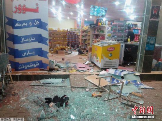 当地时间11月12日晚,在伊拉克(北纬34.90度,东经45.75度)发生7.8级地震,震源深度20千米,震中位于伊朗、伊拉克边境地区。图为伊拉克哈拉布贾一家商店因为地震受损严重。