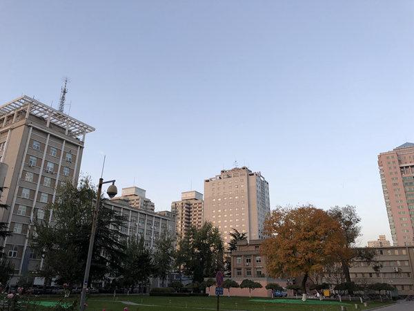 今晨,大风给北京送来蓝天。