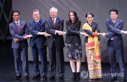 资料图片:当地时间11月13日上午,在马尼拉的菲律宾文化中心,韩国总统文在寅(左二)出席第31届东盟峰会开幕式,与各国领导人合影留念。(图片来源:韩联社)
