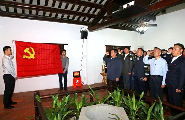 全体党员面对党旗重温入党誓词。许文 摄